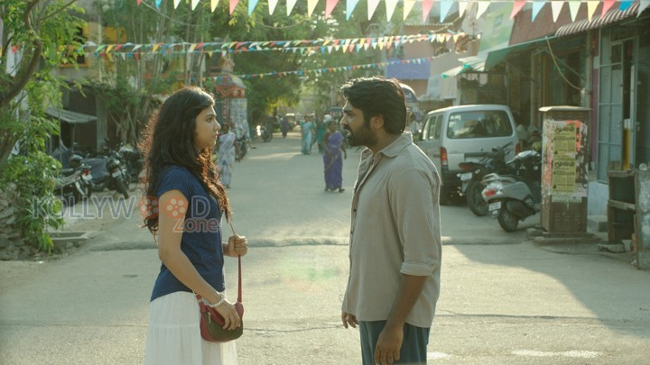 Kadhalum Kadanthu Pogum - Vijay Sethupathi and Madonna Sebastian