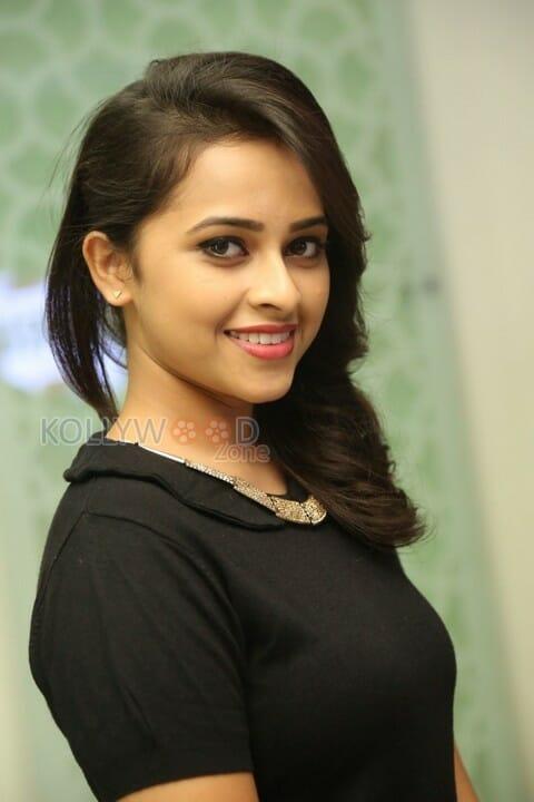 Tamil Actress Sri Divya New Photos