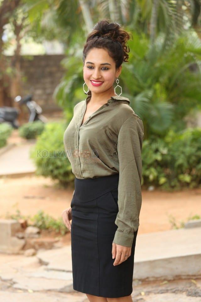 Actress Pooja Ramachandran At Devi Sri Prasad Pre release Event Photos 14