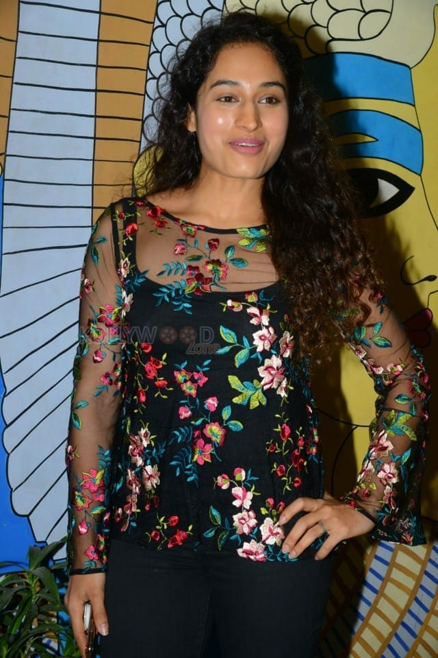 Actress Pooja Ramachandran At Evaru Movie Premiere Show Photos 09