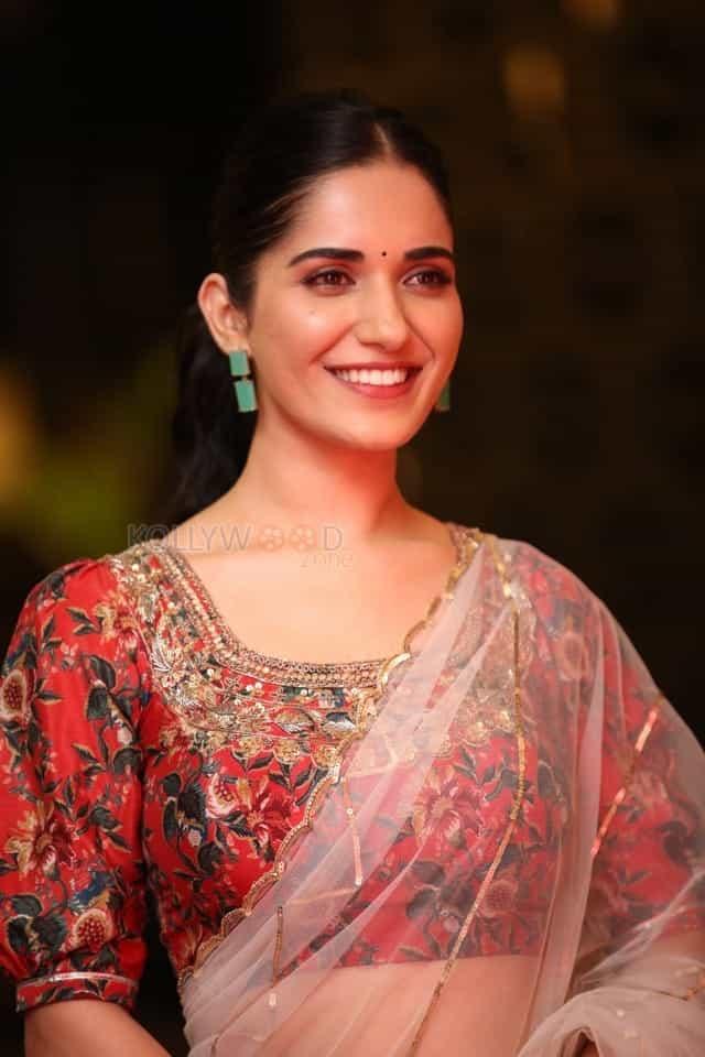 Actress Ruhani Sharma at Nootokka Jillala Andagadu Pre Release Event Photos 17
