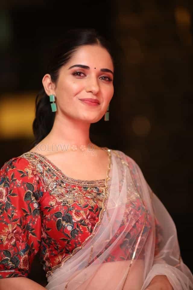 Actress Ruhani Sharma at Nootokka Jillala Andagadu Pre Release Event Photos 21
