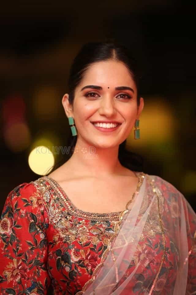 Actress Ruhani Sharma at Nootokka Jillala Andagadu Pre Release Event Photos 25