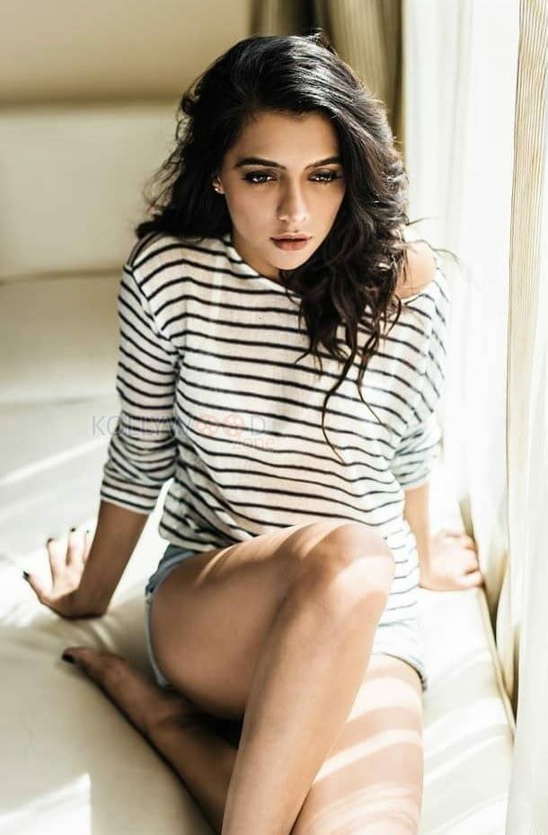 Actress Ruhi Singh Sexy Photos 01