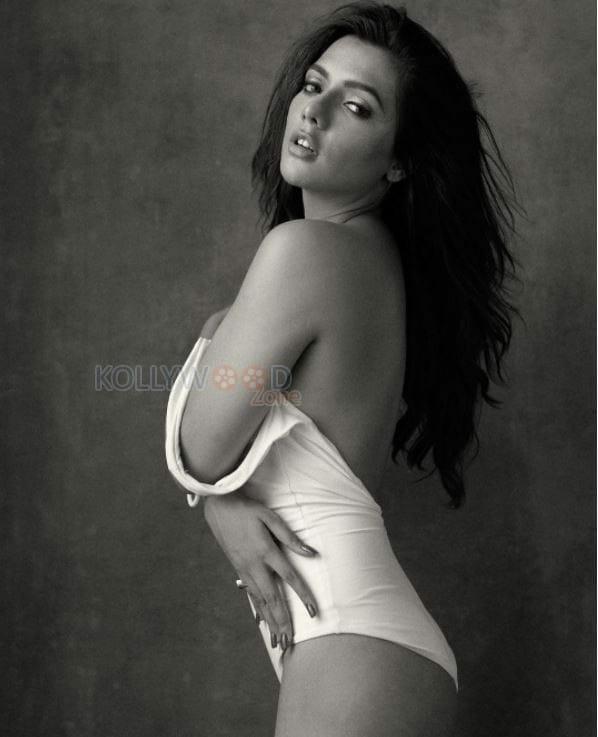 Model Ruhi Singh Hot Bikini Photos 02