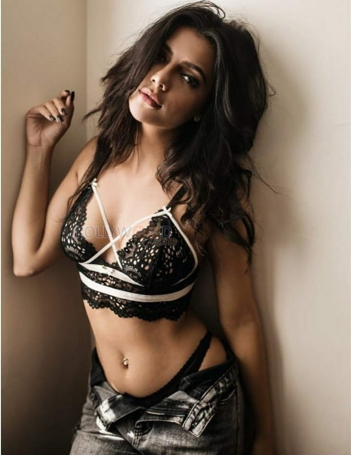 Ruhi Singh Sexy Pictures 04